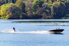 Boot mit Wasserskifahrer Stockfoto