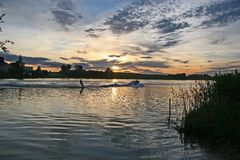 Boot mit Waterskier Stockfoto
