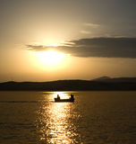 Boot mit zwei Männern Stockfotografie