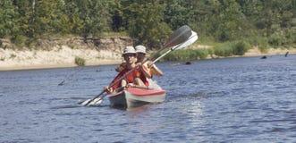 Boot mit zwei Ruderern Lizenzfreies Stockbild