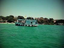 Boot mitten in dem einsamen Meer Lizenzfreie Stockbilder