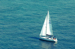 Boot mitten in dem Meer Stockbild