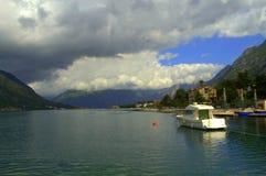 Boot in mooie Kotor-baai, Montenegro royalty-vrije stock afbeelding