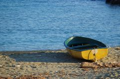 Boot moreed auf dem Strand bei Sonnenuntergang Lizenzfreie Stockbilder