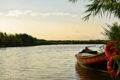 Boot naast het waterwachten dat om de Middellandse Zee moet worden gebruikt te navigeren Royalty-vrije Stock Foto