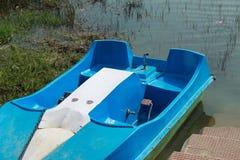 Boot nahe dem Fluss stockfoto