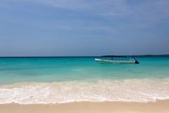Boot nahe dem karibischen Strand stockfotografie