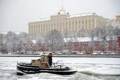 Boot nahe dem Kreml Lizenzfreies Stockfoto