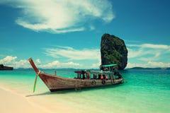 Boot nahe dem sandigen Strand. Stockbild