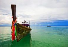 Boot nahe dem Strand lizenzfreies stockbild