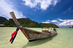 Boot nahe dem Strand lizenzfreie stockfotos