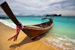 Boot nahe dem Strand stockbilder