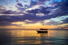 Boot nahe dem Strand bei Sonnenaufgang Lizenzfreies Stockbild