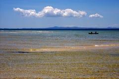Boot nahe der Küstenlinie Lizenzfreies Stockbild
