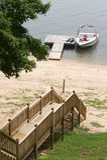 Boot nahe Dock auf See Stockfoto
