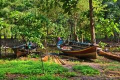 Boot nahe einem kleinen Fluss stockfoto