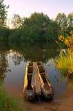 Boot nahe einer Flussküste Lizenzfreie Stockbilder