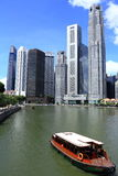 Boot navigiert Singapur-Fluss Stockfotos