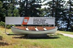 Boot neart Bass Harbor mit US-Küstenwachezeichen Lizenzfreie Stockfotos