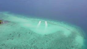 Boot 2 nebeneinander im Ozean reisen von Manukan-Insel ab stock video