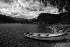Boot in Norwegen Schwarzweiss Stockfotografie