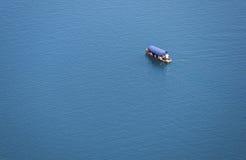 Boot oder Yacht auf dem See Stockfotografie