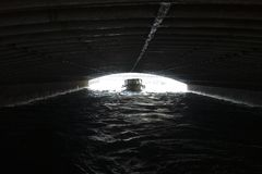 Boot onder brug Stock Fotografie