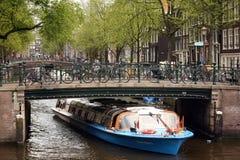 Boot onder brug Stock Afbeeldingen