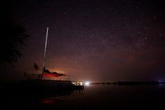 Boot onder de sterrige hemel in de oase Royalty-vrije Stock Foto