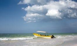 Boot onder een bewolkte blauwe hemel Royalty-vrije Stock Afbeelding
