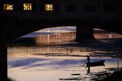 Boot onder Ponte Vecchio, Florence, Italië Royalty-vrije Stock Foto