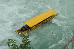 Boot onder waterval Royalty-vrije Stock Afbeelding