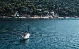 Boot op Adriatische Overzees dichtbij Dubrovnik royalty-vrije stock foto