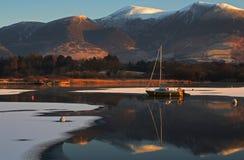 Boot op bergmeer Stock Fotografie