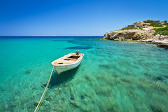 Boot op blauwe lagune van strand Vai Royalty-vrije Stock Fotografie