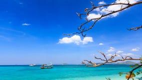 Boot op blauwe overzees Royalty-vrije Stock Afbeeldingen