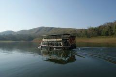 Boot op bosmeer, Nationaal Park Periyar Stock Foto