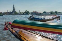 Boot op Chao Praya-rivier aan Wat Arun, de Tempel van Dawn, Bangko Stock Afbeeldingen