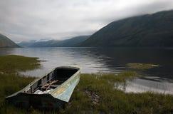 Boot op de bank van bergmeer royalty-vrije stock fotografie