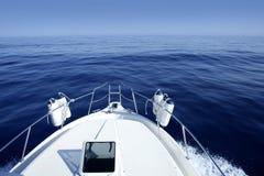 Boot op de blauwe zeilen van de Middellandse Zee Stock Foto's