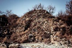 Boot op de klippenachtergrond Stock Foto