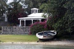 Boot op de kust stock fotografie