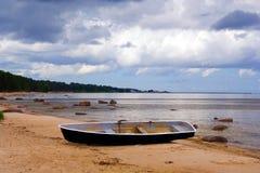 Boot op de kust Royalty-vrije Stock Afbeeldingen