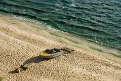 Boot op de kust Stock Afbeeldingen