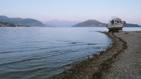 Boot op de kust Stock Afbeelding