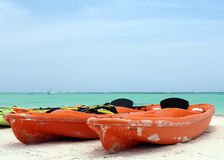 Boot op de kust van de Caraïben Stock Afbeeldingen