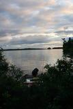 Boot op de kust van Meer Temagami, Ontario, Canada wordt gedokt dat Stock Foto's