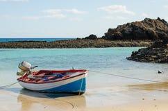 Boot op de overzeese kust royalty-vrije stock afbeelding