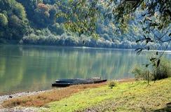 Boot op de rivier Stock Afbeelding