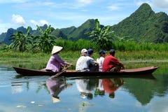 Boot op de rivier aan de Pagode van het Parfum Stock Afbeeldingen